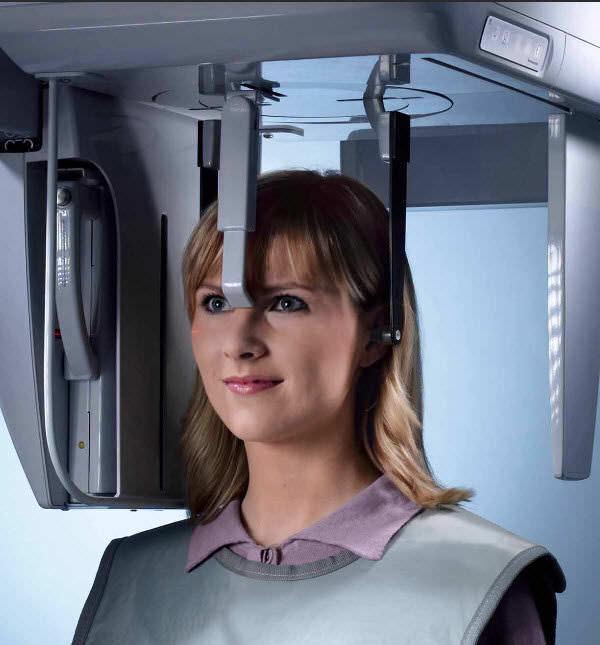 Computertomographie-CT: Die Röntgenröhre kreist um den Patientenkopf und liefert dreidimensionale Schnittbilder von Kopf, Kiefer und Zähnen - als Grundlage für eine 3D-computergestützte Implantatplanung.